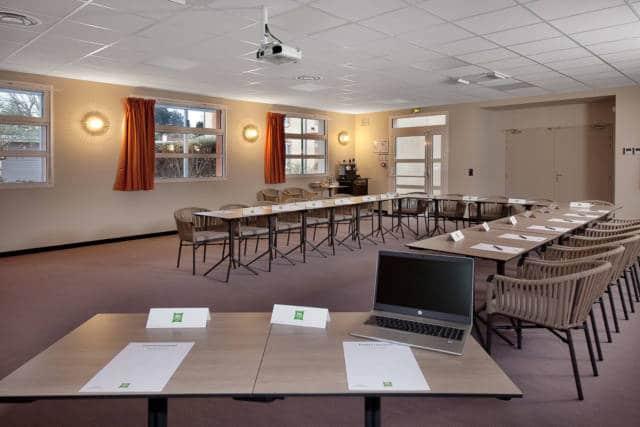Salle Fil Good, vue générale, du bureau de l'orateur, disposition des tables et chaises en U