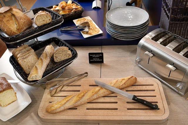 Espace des pains du petit déjeuner proposé à l'hotel Ibis de Lavaur