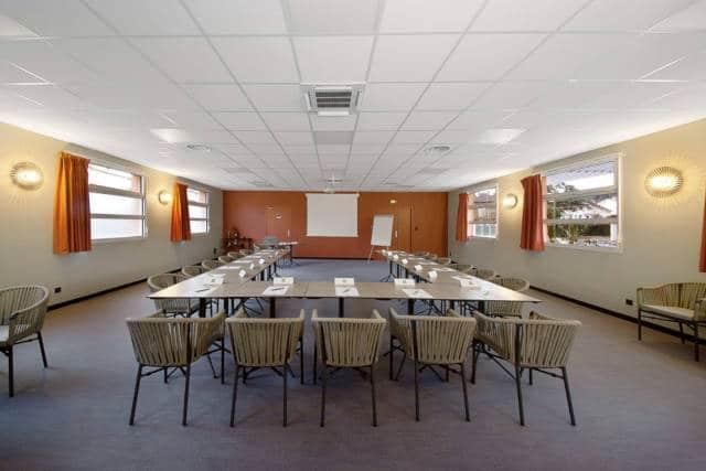 Salle Fil Good, vue générale, disposition des tables et chaises en U
