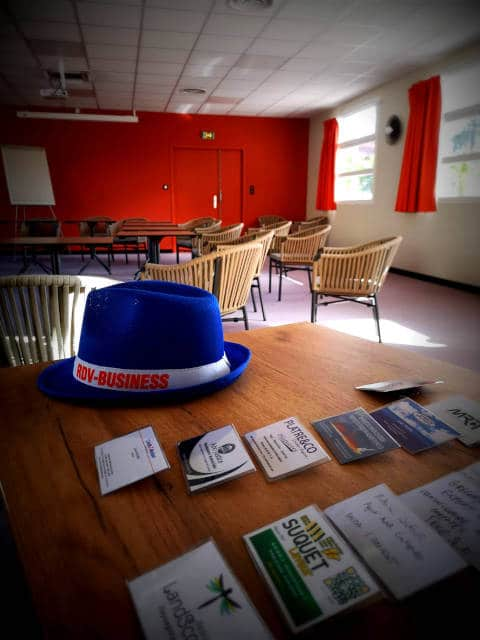Salle Filgood avec, au premier plan, un chapeau et des cartes de visite du réseaux d'entreprises RDV Business à Lavaur
