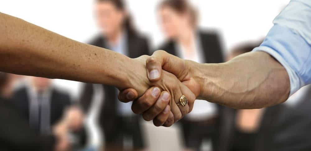 Poignée de main représentant les réseaux d'entreprises et l'échange de business